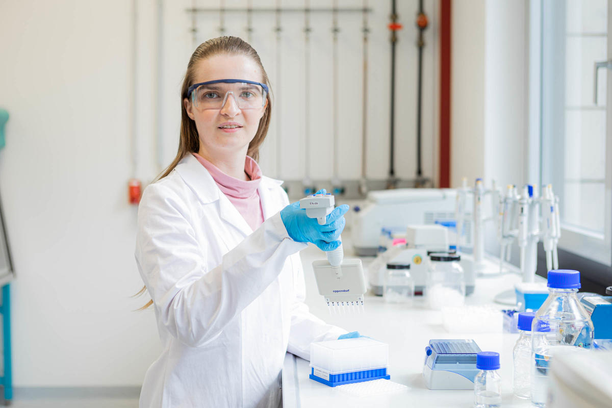 Adriana Schneider is regularly in the laboratory due to her master's thesis. There the 30 year old knows every move. © ISAS.