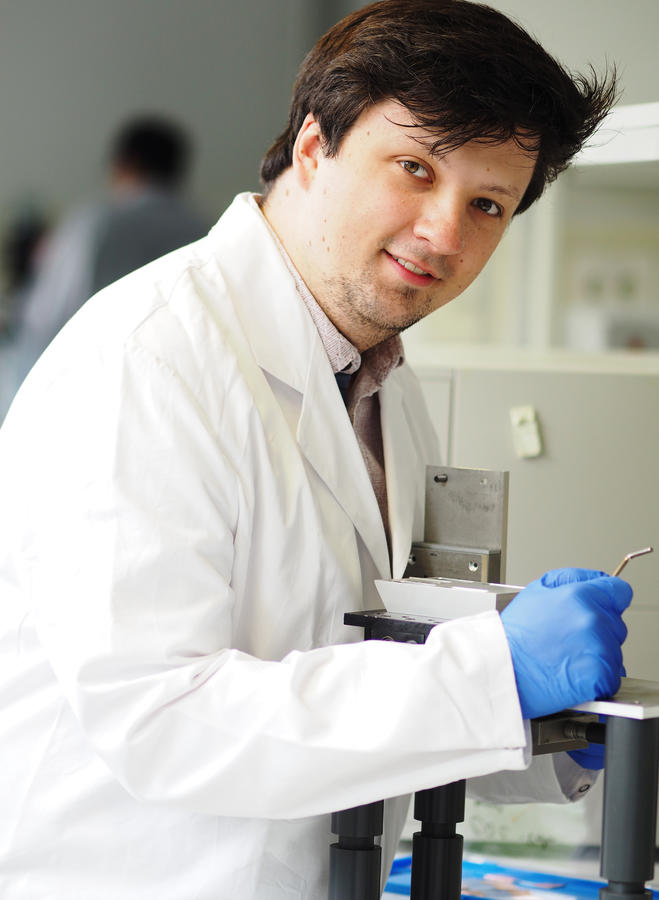 Dr. Alexander Knodel beim Umbau der Vorgängerversion des Laser-Desorptionsaufbaus. © ISAS.