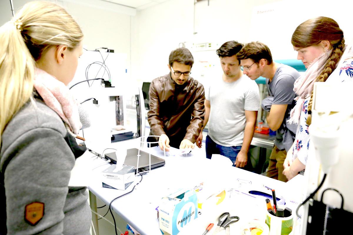 ISAS-Doktorandinnen und Doktoranden im Austausch über ihre Arbeitsgebiete.