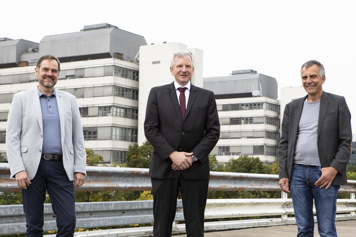 Besiegelten die Kooperation: Prof. Dr. Markus Nebel, Prof. Dr. Albert Sickmann, Prof. Dr.-Ing. Gerhard Sagerer (v.l.). Foto: Universität Bielefeld/S. Sättele